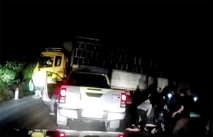 Xe tải đầu màu vàng tạo tình huống tắc đường trên quốc lộ 48 khiến ôtô bán tải chở ma túy không thể lách qua. Ảnh: Hùng Lê