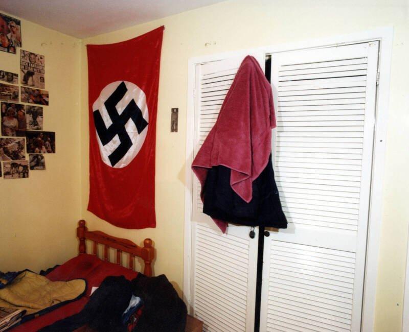 Phòng ngủ của kẻ khủng bố treo lá cờ Đức quốc xã và loạt bài báo về các vụ đánh bom khủng bố trên toàn thế giới. Ảnh: Allthatinteresting.