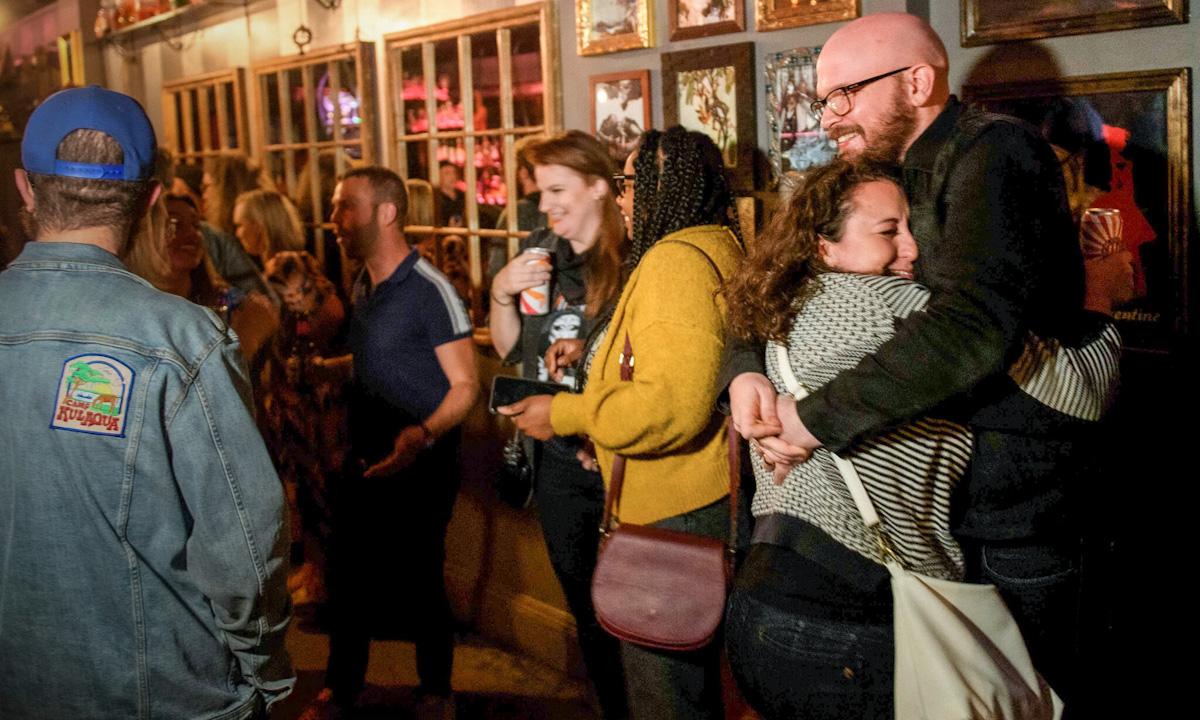 Khách hàng tại một quán bar ở Los Angeles ngày 21/5. Ảnh: AFP.