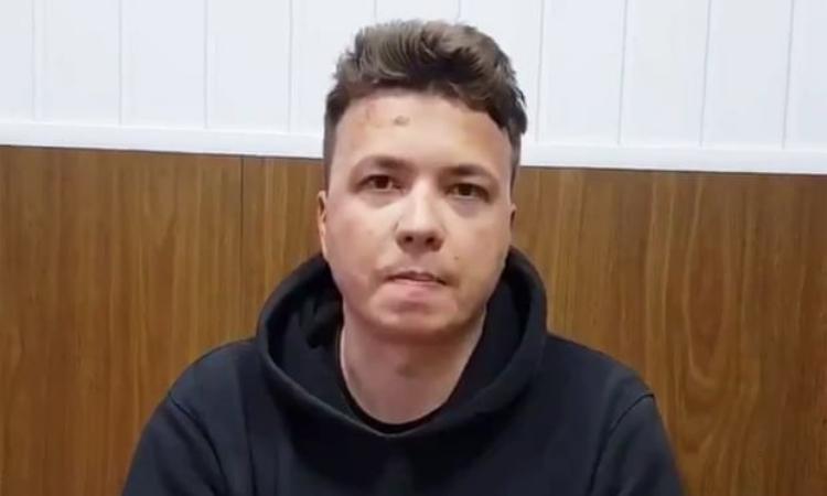 Nhà báo Roman Pratasevich xuất hiện sau khi bị chính quyền Balarus bắt hôm 23/5. Ảnh: Twitter/Hanna Liubakova.