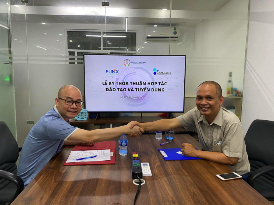 Đại diện CodLUCK (trái), một trong 20 doanh nghiệp tham gia chương trình tài trợ học phí bắt tay hợp tác cùng FUNiX.