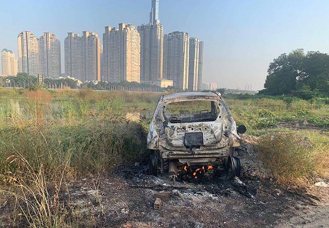 Chiếc xe của gia đình nạn nhân bị đốt gần khu vực cầu Thủ Thiêm. Ảnh: Quốc Thắng.
