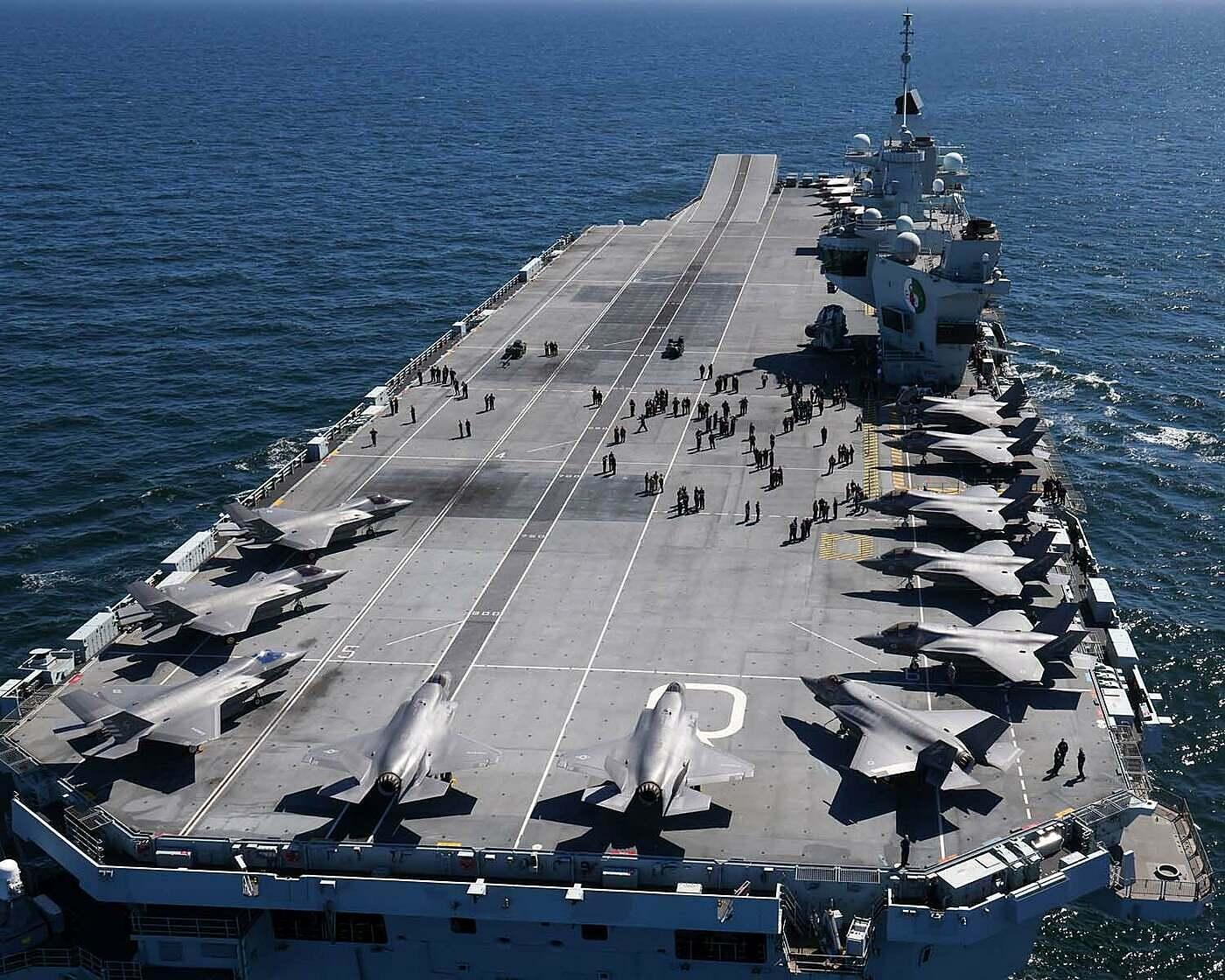 Máy bay thủy quân lục chiến Mỹ và không quân hoàng gia Anh trên tàu sân bay HMS Queen Elizabeth vào ngày 20/5. Ảnh: Bộ Quốc phòng Anh.