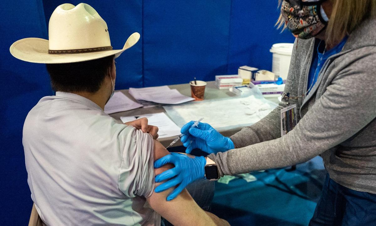 Một người đàn ông được tiêm liều thứ hai vaccine Pfizer tại Đại học New Mexico, thành phố Albuquerque, bang New Mexico, Mỹ ngày 23/3. Ảnh: Bloomberg.