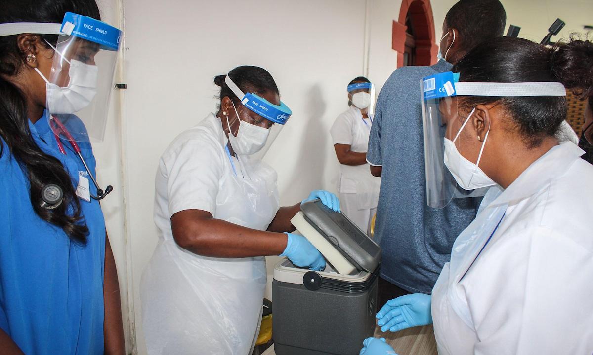 Nhân viên y tế  đang mở hộp bảo quản vaccine Sinopharm của Trung Quốc tại bệnh viện Seychelles hồi tháng 1. Ảnh: AFP.