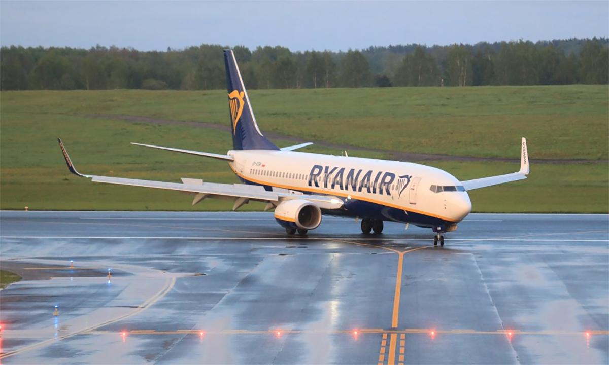 Máy bay hãng hàng không Ryanair sau khi bị ép hạ cánh xuống thủ đô Minsk của Belarus ngày 23/5. Ảnh: AFP.