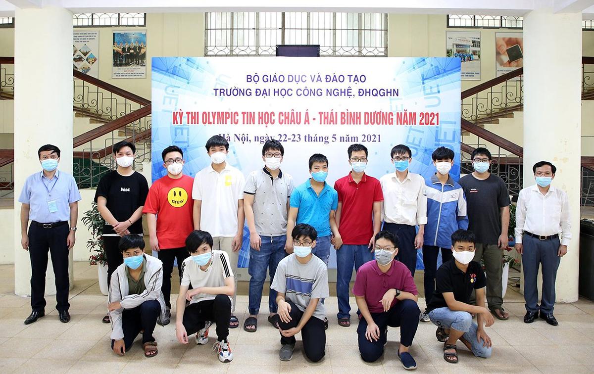 Các thành viên đội tuyển Việt Nam thi trực tuyến tại Đại học Công nghệ, Đại học Quốc gia Hà Nội. Ảnh: Bộ Giáo dục và Đào tạo.