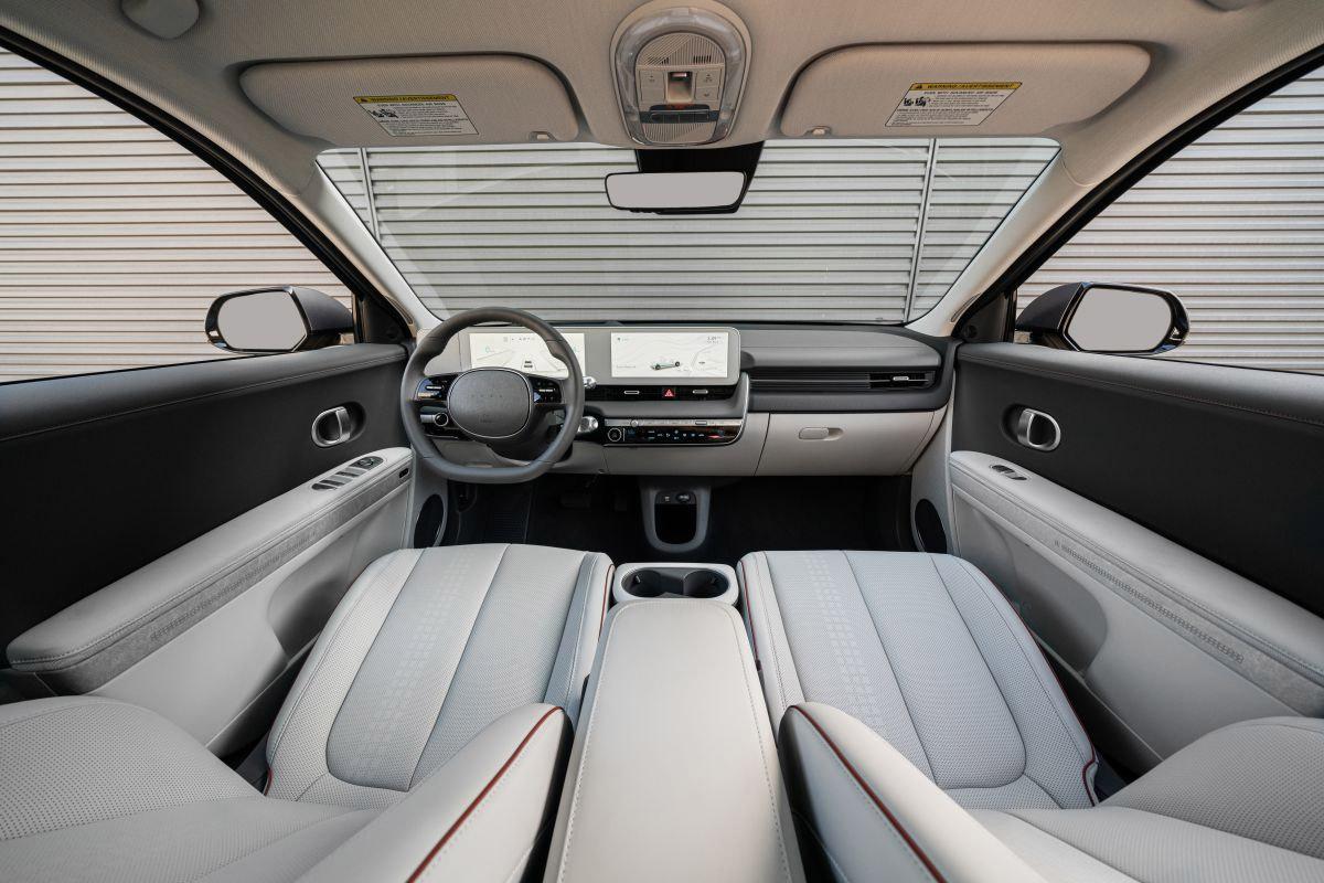 Vô-lăng đáy phẳng, màn hình 12 inch cho hệ thống thông tin giải trí và đồng hồ 12 inch tạo thành mặt phẳng độc lập so với táp-lô. Ảnh: Hyundai