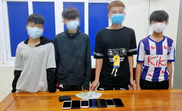 Bốn thiếu niên cùng tang vật tại cơ quan điều tra. Ảnh: Hùng Lê