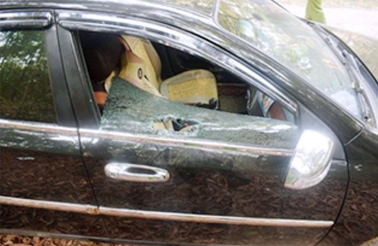 Một ôtô bị nhóm thiếu niên đập vỡ kính cửa ghế phụ. Ảnh: C.A