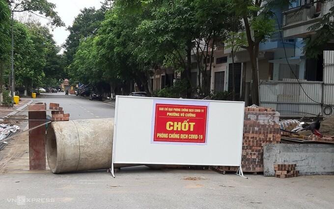Chốt cứng dựng bằng gạch, cống bê tông ở phường Võ Cường. Ảnh: CTV