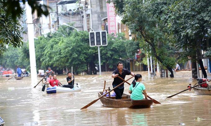 Người dân dùng thuyền để di chuyển vì lũ lụt tại huyện Dung Thủy, tỉnh Quảng Tây, Trung Quốc, hồi tháng 7/2020. Ảnh: Xinhua.
