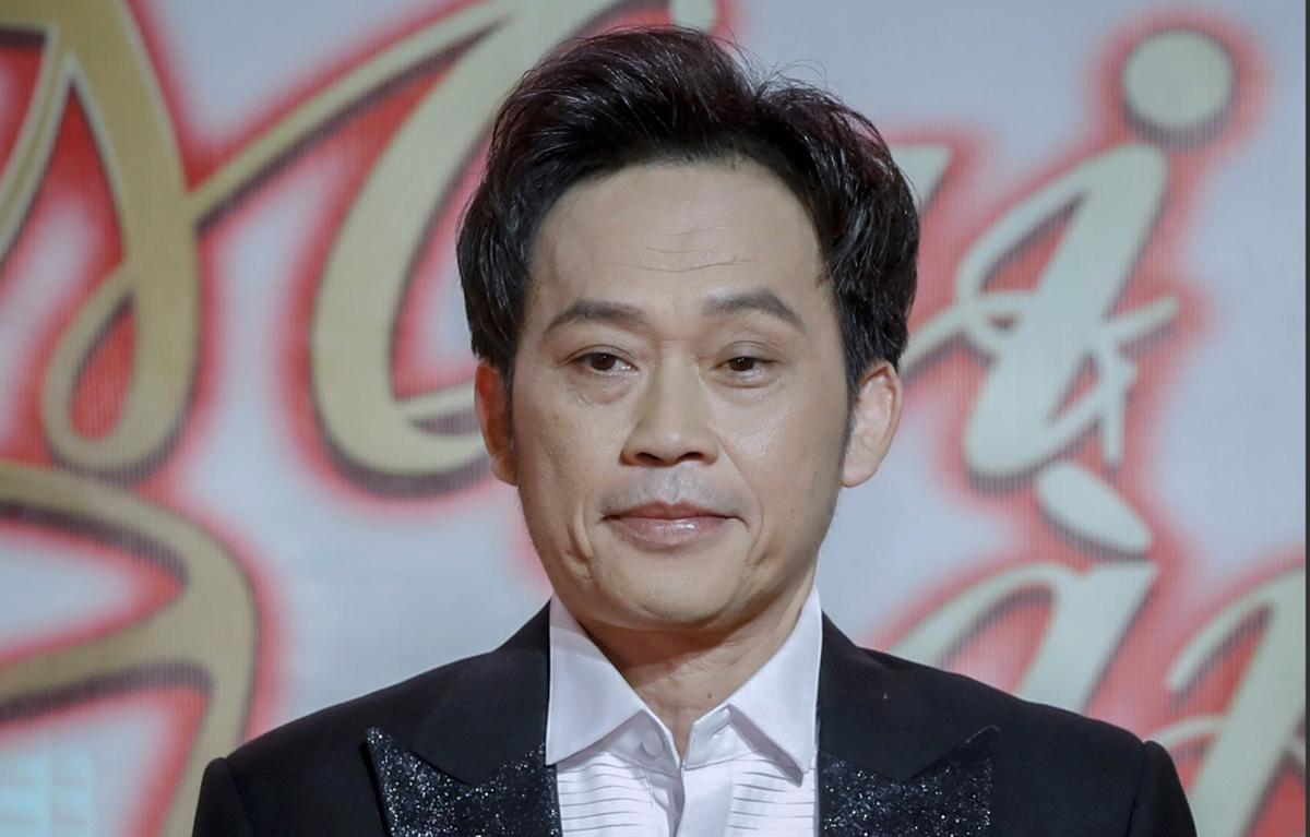 Nghệ sĩ Hoài Linh đang bị dư luận phản đối việc chậm giải ngân tiền từ thiện. Ảnh: Hữu Khoa.