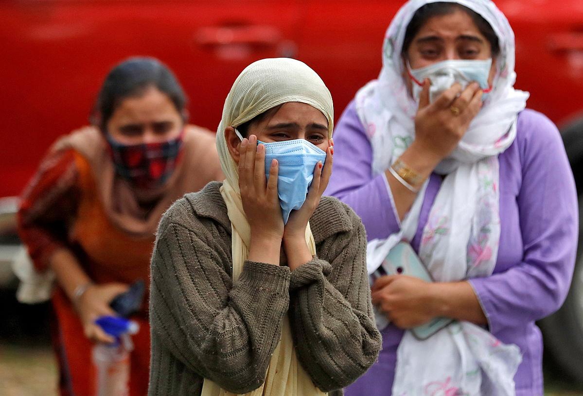 Người nhà nạn nhân Covid-19 đau đớn tại lễ hỏa táng ở Srinagar, Ấn Độ ngày 25/5. Ảnh: Reuters.