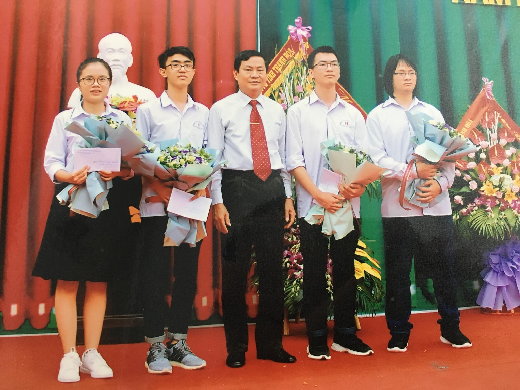 Thầy Tuấn tuyên dương học sinh đoạt huy hương vàng quốc tế năm 2019.