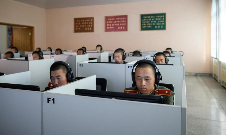 Sinh viên mặc đồng phục Quân đội Nhân dân Triều Tiên (KPA) ngồi trước màn hình máy tính khi tham gia lớp học tại Trường Cách mạng Mangyongdae, ngoại ô Bình Nhưỡng năm 2018. Ảnh: AFP.