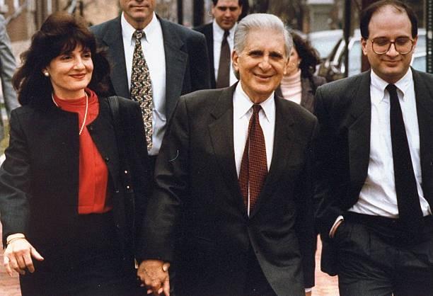 William Aramony (giữa) cùng các con tới hầu toà đầu năm 1995. Ảnh: AP