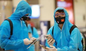 Tuyển Việt Nam mặc đồ bảo hộ khi đến Dubai