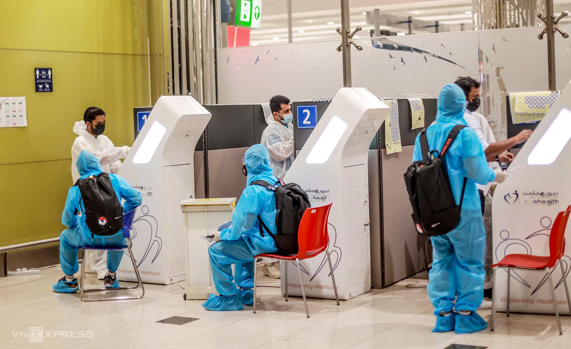 Tuyển Việt Nam xét nghiệm nCoV ngay khi hạ cánh xuống sân bay Dubai tối 27/5. Ảnh: Lâm Thoả
