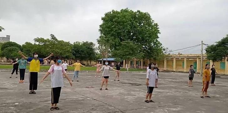 Học sinh xuống sân giữ khoảng cách an toàn, đeo khẩu trang và tập thể dục buổi sáng tại khu cách ly Trung tâm Giáo dục thường xuyên thị trấn Cát Thành, huyện Trực Ninh, Nam Định. Ảnh: NVCC.
