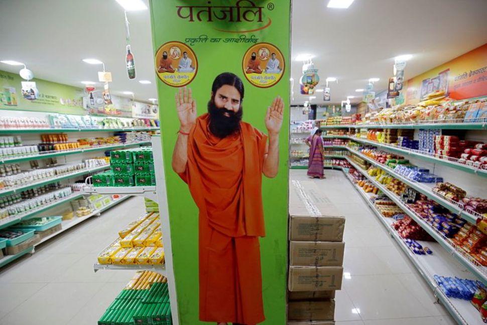 Ảnh Baba Ramdev trong một quầy thuốc của Patanjali ở Ahmedabad, Ấn Độ, hồi tháng 3/2018. Ảnh: Reuters.