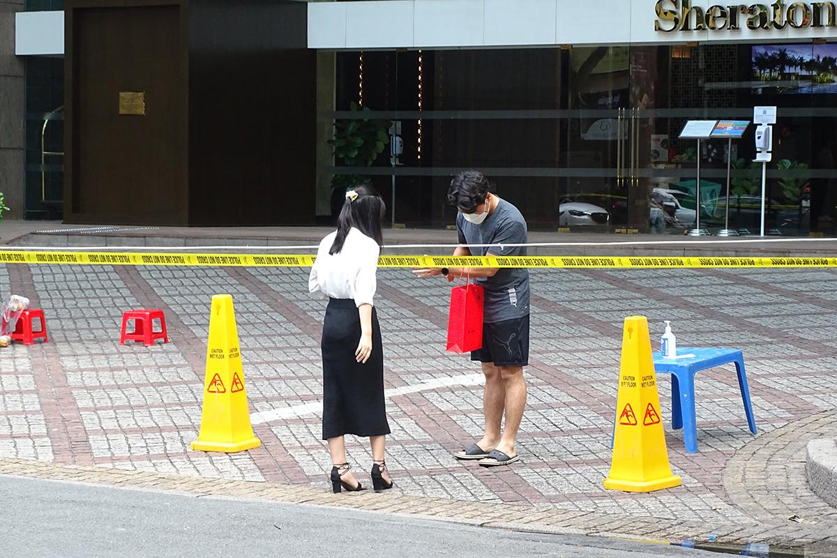 Khách sạn Sheraton trên đường Đồng Khởi, quận 1, bị khoanh vùng, phong toả, sáng 27/5. Ảnh: Hà An.