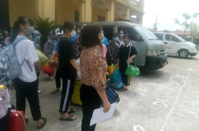 Học sinh trường THPT Lê Quý Đôn, Nam Định, chuẩn bị đồ để đến khu cách ly tập trung hôm 8/5. Ảnh: NVCC.