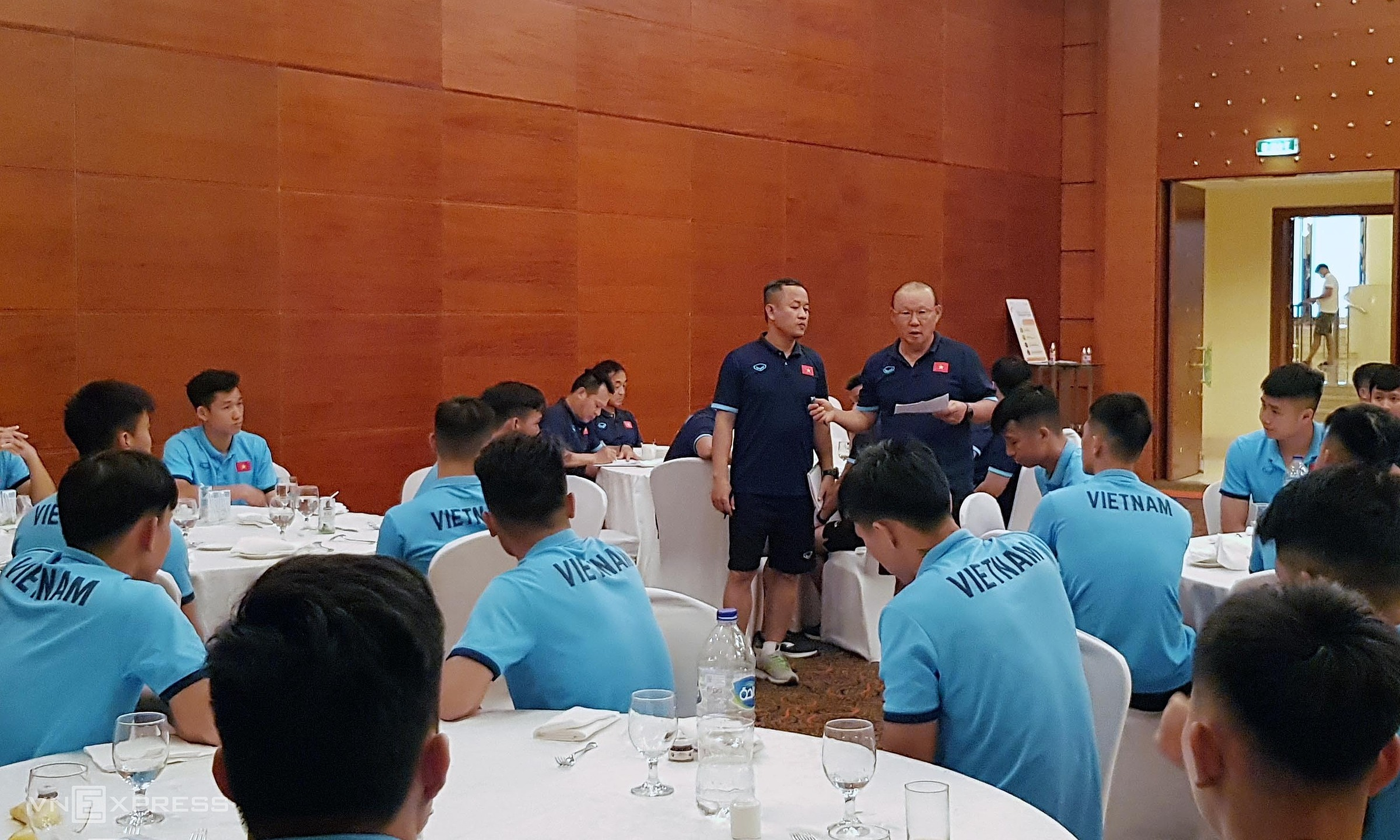 HLV Park họp ngắn với toàn đội nhân buổi ăn trưa nay 27/5. Ảnh: Đoàn Huynh