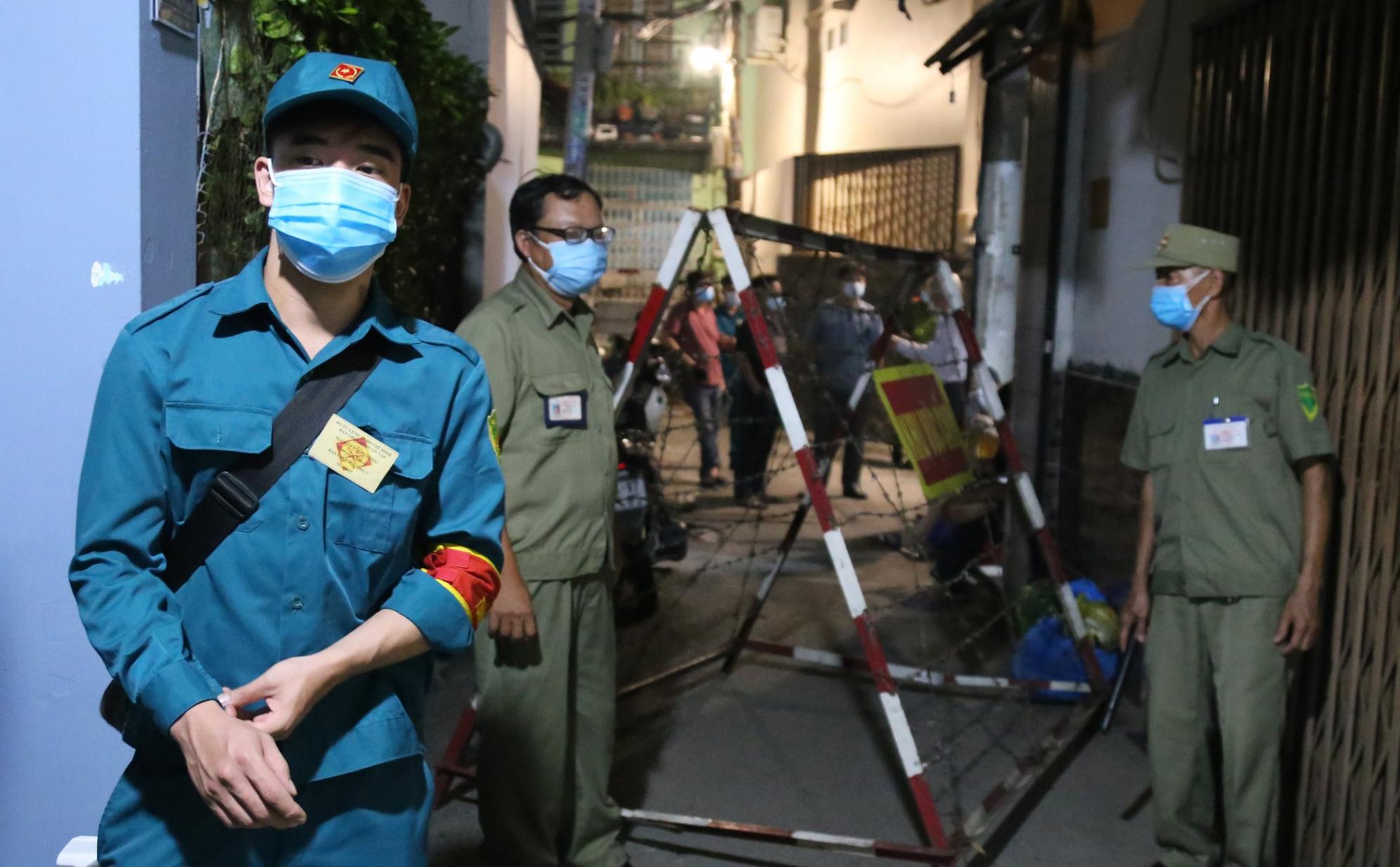 Cơ quan chức năng phong toả 3 lối vào của con hẻm trên đường Nguyễn Văn Công, rạng sáng 27/5. Ảnh: Đình Văn.