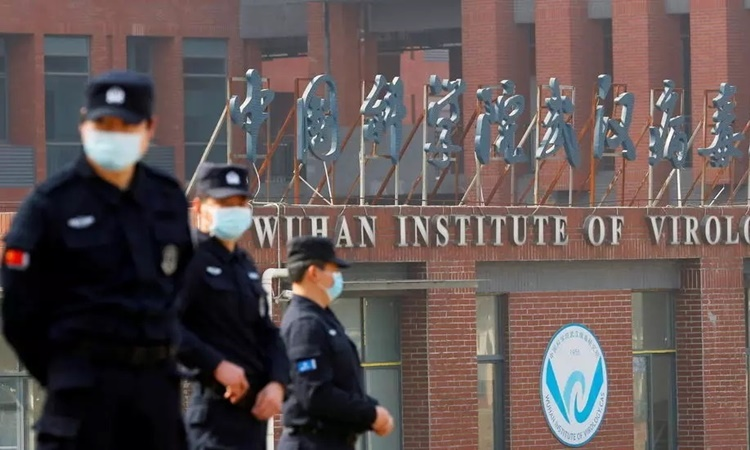 Nhân viên an ninh canh gác bên ngoài Viện Virus học Vũ Hán, Trung Quốc. Ảnh: Reuters.