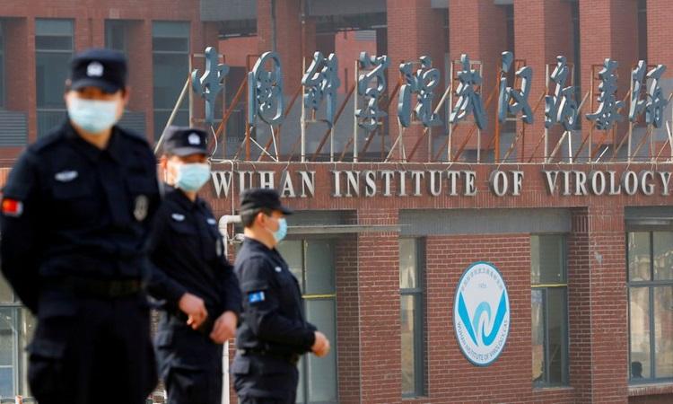 Nhân viên an ninh đứng gác bên ngoài Viện Virus học Vũ Hán, tỉnh Hồ Bắc, Trung Quốc trong chuyến thăm của nhóm điều tra do WHO dẫn đầu hồi tháng 2. Ảnh: Reuters.