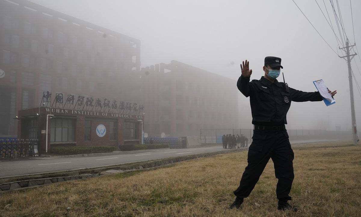 Nhân viên an ninh giải tán phóng viên khỏi Viện Virus học Vũ Hán sau khi nhóm điều tra WHO tới thăm thực địa ngày 3/2. Ảnh: AP.