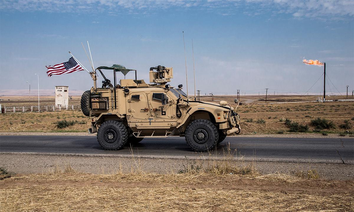 Thiết giáp Mỹ tuần tra gần một mỏ dầu ở đông bắc Syria tháng 10/2019. Ảnh: AP.