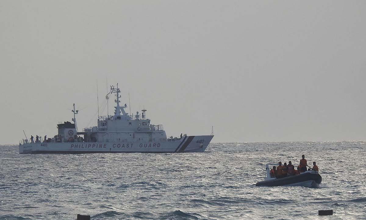 Xuồng và tàu tuần tra của cảnh sát biển Philippines diễn tập trên Biển Đông ngày 25/4. Ảnh:AFP.