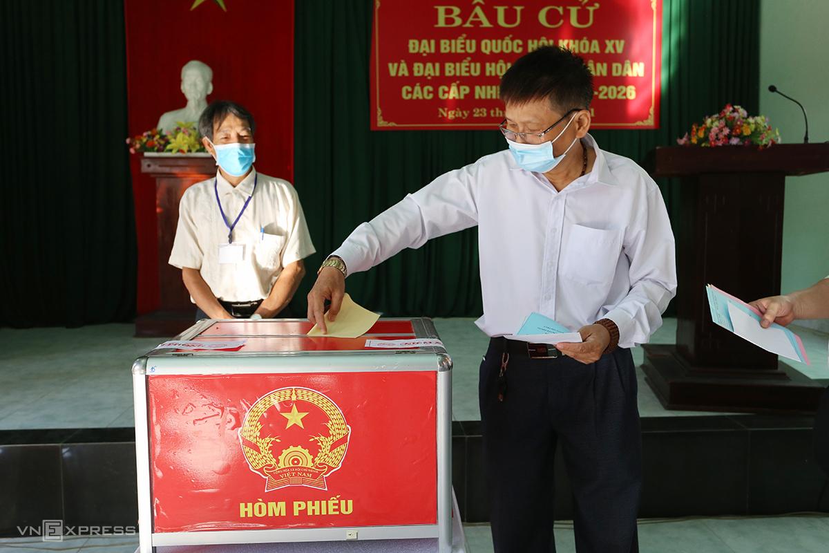 Người dân Quảng Nam đi bầu cử đại biểu Quốc hội và các cấp sáng 23/5. Ảnh: Đắc Thành.