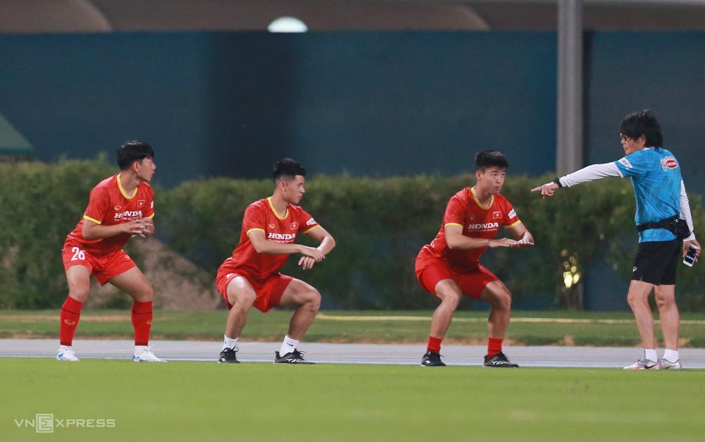 Minh Vương, Đình Trọng và Duy Mạnh tập riêng cùng bác sĩ Choi Ju-young ngày 27/5. Ảnh: Lâm Thoả