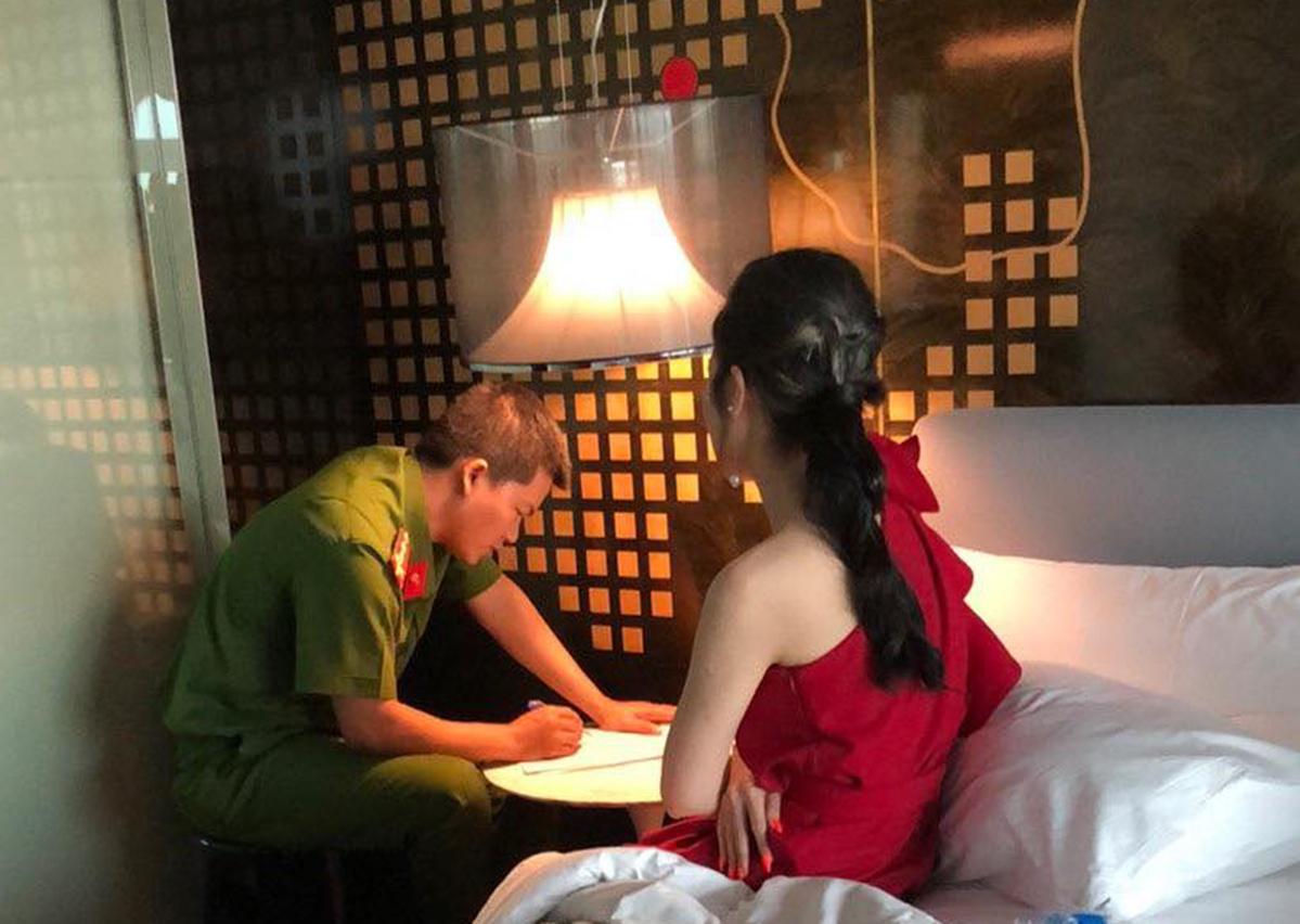 Cô gái bị Công an TP HCM bắt quả tang bán dâm trong khách sạn. Ảnh: Quốc Thắng