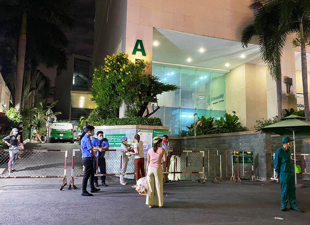 Bệnh viện Hoàn Mỹ, quận Phú Nhuận, bị phong toả tối 27/5. Ảnh: Trung Sơn.