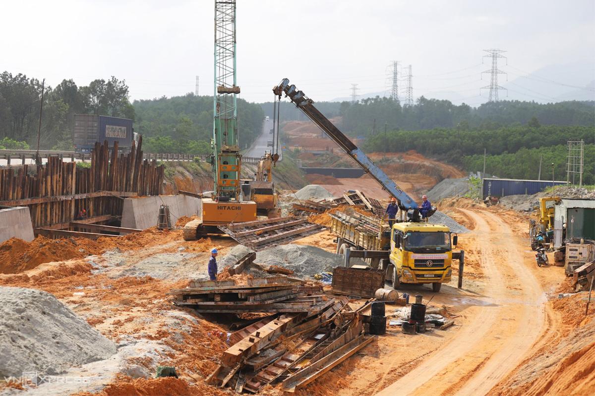 Công trường thi công tuyến cao tốc Cam Lộ - La Sơn tháng 2/2021. Ảnh: Võ Thạnh