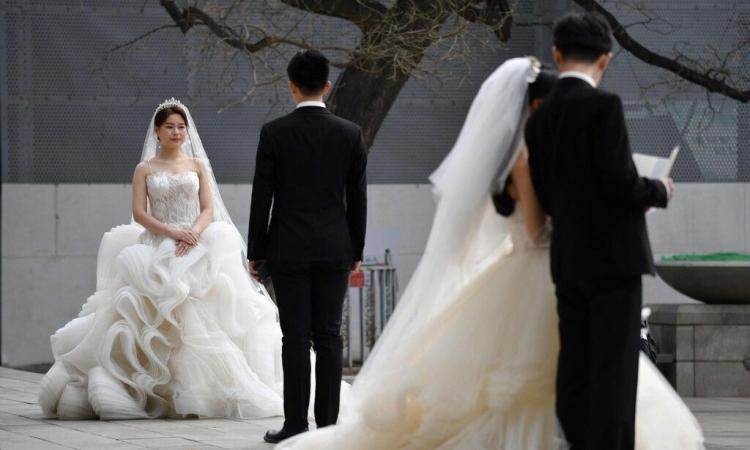 Hai đôi tình nhân chụp ảnh cưới ở Bắc Kinh, Trung Quốc, hôm 2/4. Ảnh: AFP.