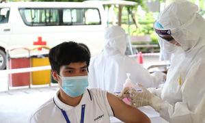 Công nhân nơi tâm dịch bắt đầu tiêm vaccine Covid-19