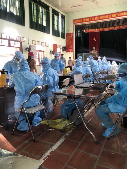 Các thầy cô trường Thuận Thành số 1 hỗ trợ y bác sĩ của Trung tâm Y tế Thuận Thành nhập số liệu hôm 26/5. Ảnh: NVCC.