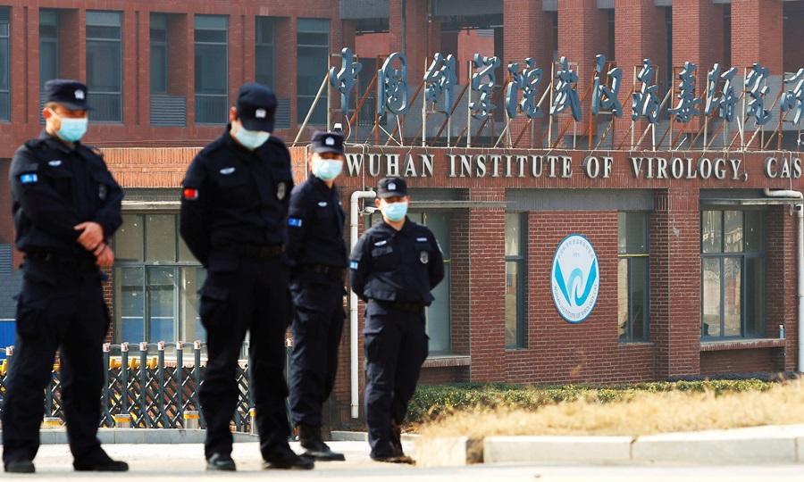 Nhân viên an ninh đứng gác bên ngoài Viện Virus học Vũ Hán ở tỉnh Hồ Bắc hồi tháng 2 khi nhóm điều tra WHO tới làm việc. Ảnh: Reuters.