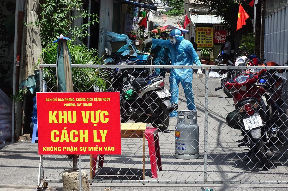 Nhân viên y tế lấy mẫu xét nghiệm người dân ở hẻm 80 Lưu Chí Hiếu, phường Tây Thạnh, trưa 28/5. Ảnh: Hà An.
