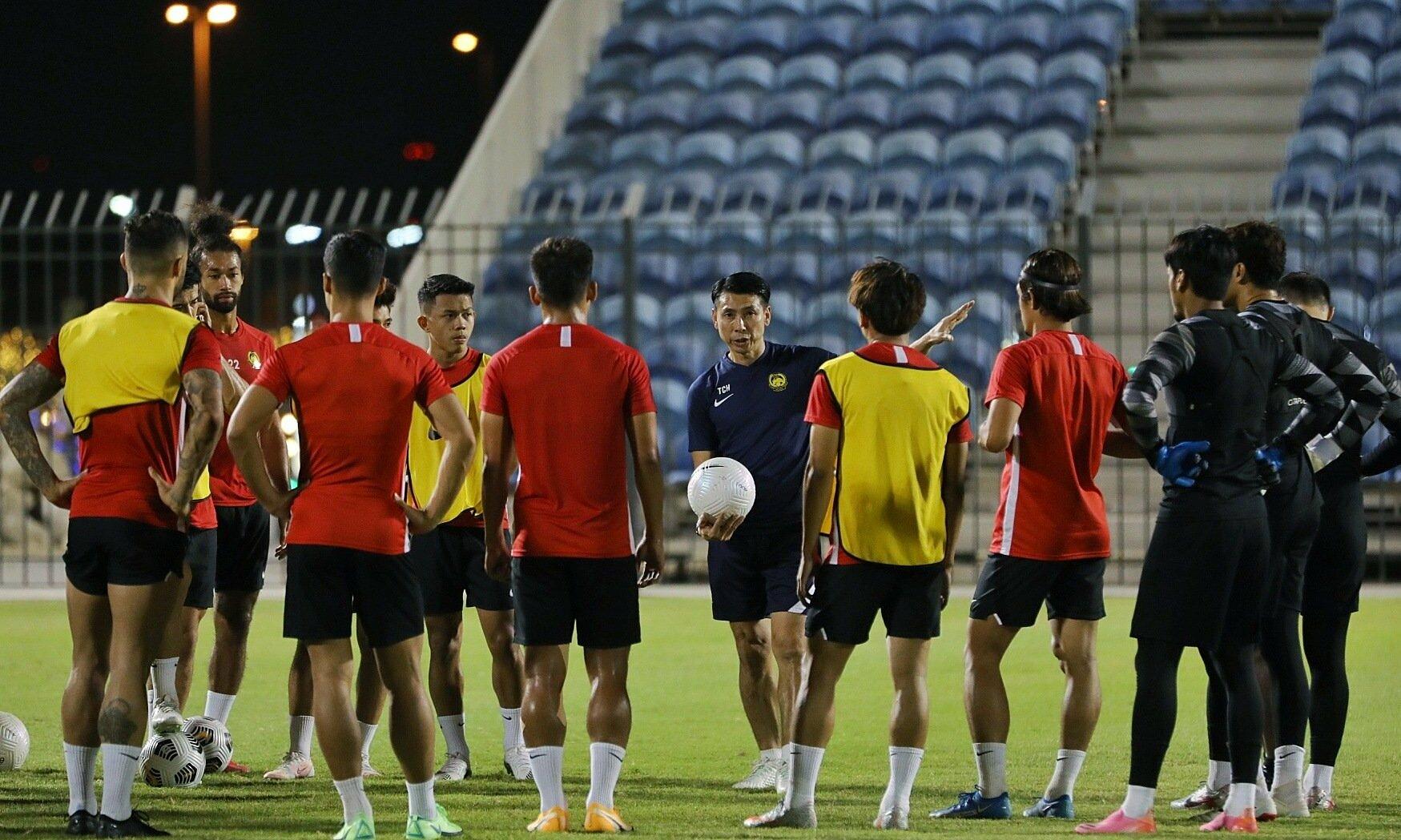 Tan Cheng Hoe chỉ đạo các cầu thủ trước buổi tập tại Dubai chiều 27/5. Ảnh: FAM