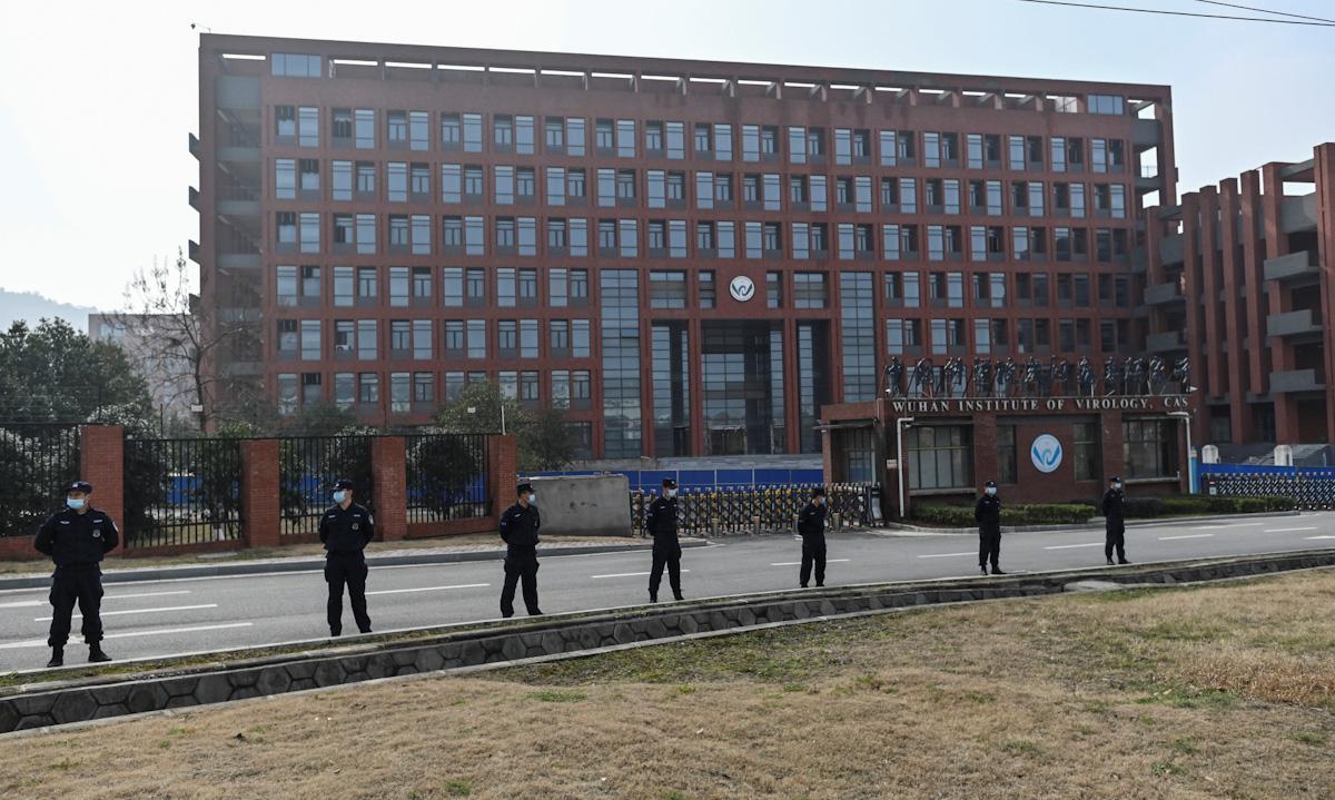 Nhân viên an ninh đứng canh gác bên ngoài Viện Virus học Vũ Hán hồi tháng 2. Ảnh: AFP.