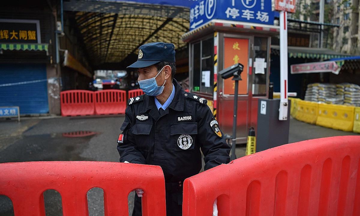 Chợ hải sản Hoa Nam ở thành phố Vũ Hán đóng cửa hồi tháng 1/2020. Ảnh: AFP.