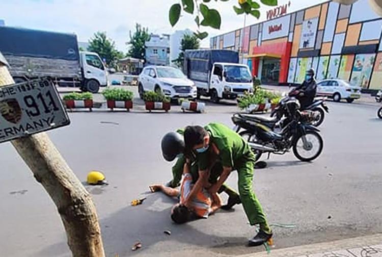 Hình ảnh cảnh sát khống chế người ngáo đá sáng 28/5. Ảnh: Long Hồ