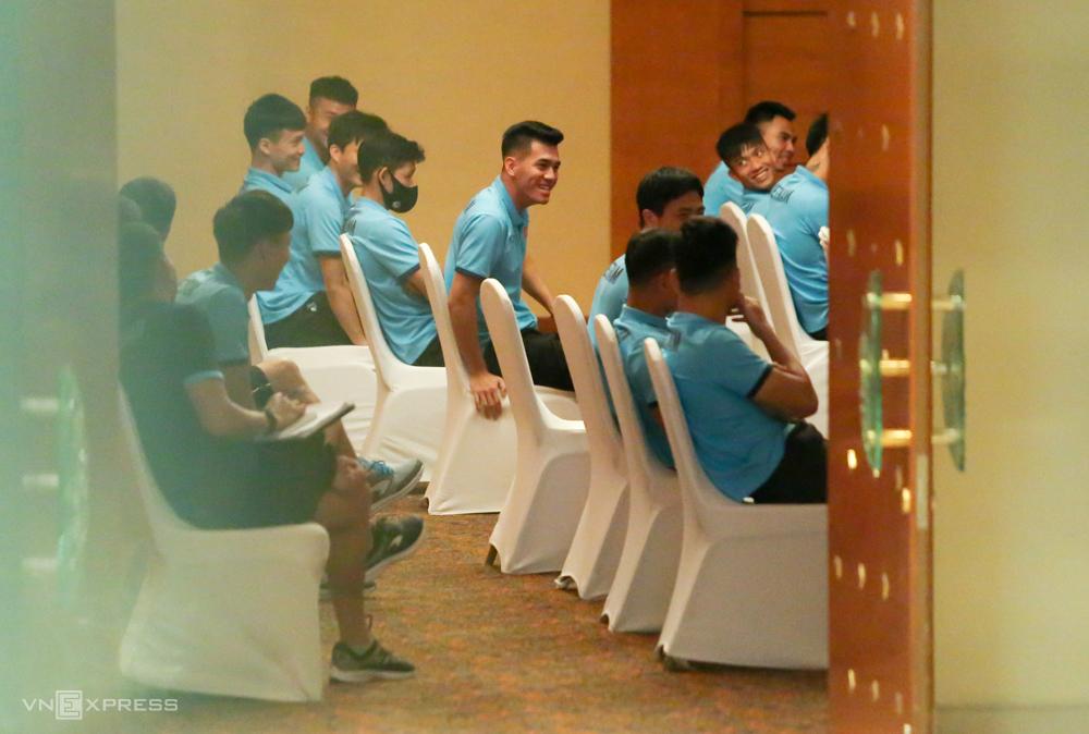 Cầu thủ Việt Nam trong buổi họp đội kéo dài một tiếng tại khách sạn trưa 29/5.