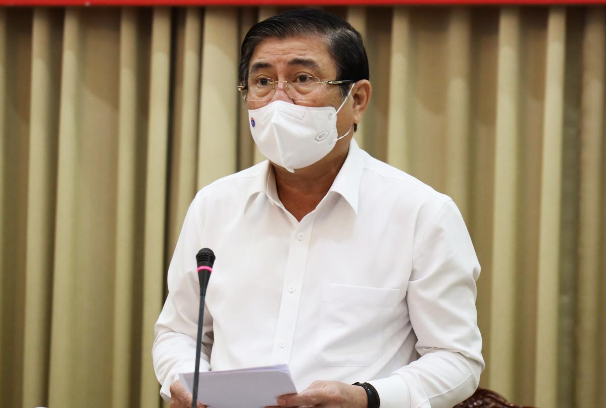 Chủ tịch UBND thành phố Nguyễn Thành Phong báo cáo tại buổi họp, sáng 29/5. Ảnh: Trung tâm Báo chí TP HCM.